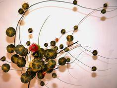 Ikebana Ikebana Arrangements, Floral Arrangements, Flower Arrangement, Art Floral, Ancient Japanese Art, Flower Wall, Wall Flowers, Art Japonais, Japanese Calligraphy
