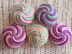 上のものに比べ、より立体的なうずまきアクリルたわしです。 Crochet Potholders, C2c Crochet, Crochet Food, Crochet Gifts, Crochet Doilies, Crochet Stitches, Crochet Earrings Pattern, Crochet Coaster Pattern, Granny Square Crochet Pattern