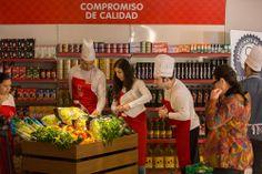 Los participantes cogiendo los productos que necesitaban para concursar