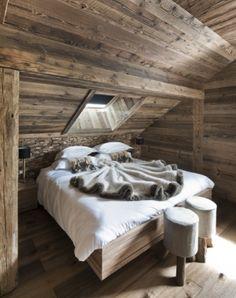 Le bois blond tapisse les sols, les murs et les cache-sommiers. Ambiance cosy avec les plaids en fourrure.