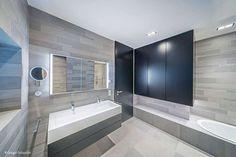 Das Farbkonzept von Weiß und Schwarz wurde bis ins Interieur konsequent weitergeführt Large Homes Exterior, Design Case, Contemporary Style, Home Interior Design, Beach House, House Plans, House Design, Modern Homes, Frankfurt