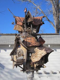 Bird House Kits Make Great Bird Houses Cool Bird Houses, Wooden Bird Houses, Fairy Houses, Diy Jardin, Terrasse Design, Crooked House, Bird House Kits, Bird Boxes, Kit Homes