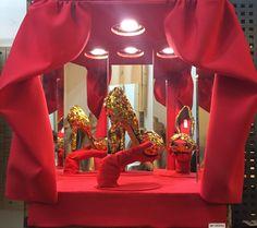 Primer escaparte de pequeño formato con motor, que hacia rotar el calzado para simular el movimiento en escenario, la idea del escaparte era representar el espectáculo, burlesque, el performance, el cabaret, la noche, los barrios rojos, bling bling... podéis ver la reproducción  en mi instagram @amybridges92