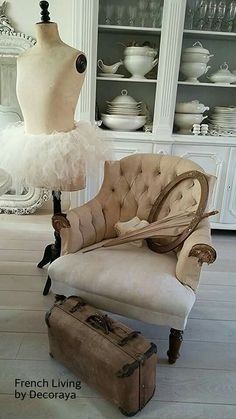 Vintage Armchair with mannequin and suitcase. Vintage Shabby Chic, Shabby Chic Homes, Shabby Chic Decor, Vintage Decor, Antique Chairs, Vintage Chairs, Vintage Armchair, Boutique Vintage, Piece A Vivre