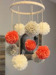 fabriquer un pompon, lustre décoratif, peintures, cadre photo, boules en blanc, gris et rouge