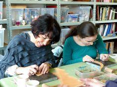 Leervermaak geeft met de kennismakingsworkshop leer bewerken een kijkje in de keuken van het ambachtelijk handmatig leer bewerken.