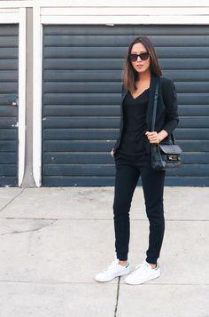 Look preto e branco, black and white, blaser preto, blusa preta, calça preta, tênis branco.