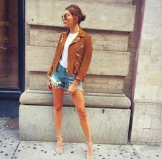 Hailey Baldwin wearing Biker Jacket in Suede by the Kooples, the Nudist Sandal and Stuart Weitzman Nudist Sand Estilo Hailey Baldwin, Hailey Baldwin Style, Hayley Baldwin, Mom's Day Out, Spring Summer Fashion, Autumn Fashion, Style Summer, Kairo, Jacket Style