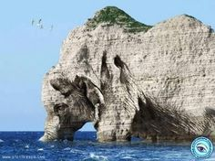 Elephant rock Mother Nature has created many unforgettable masterpieces. All it takes to enjoy these natural works of art is time and a dash of imagination. Let& spend some time together looking at natural rock formations sculptured into pieces. Image Nature, All Nature, Amazing Nature, Nature Photos, Science Nature, Beautiful Nature Pictures, Rock Formations, Places Around The World, Natural Wonders