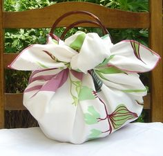 Love this idea! Called a Furoshiki bag - 1 square of fabric + 1 pair of handles + 2 knots = 1 summery bag . and when you want a change untie, refold, reknot for many other styles Fabric Crafts, Sewing Crafts, Sewing Projects, Furoshiki Wrapping, Gift Wrapping, Crafts To Do, Diy Crafts, Japanese Wrapping, Diy House Projects