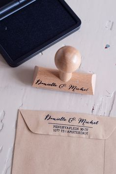 Wedding adres houten stempel, gepersonaliseerd in jullie namen & adres. Design: Danielle & Michel Deze moderne kalligrafie geschreven stempel is