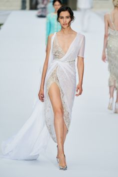 Ralph & Russo Fall 2019 Couture Fashion Show - Vogue Dior Haute Couture, Haute Couture Dresses, Ralph & Russo, Fashion Design Inspiration, Mode Inspiration, Fashion Show Collection, Couture Collection, Vogue Paris, Beautiful Dresses