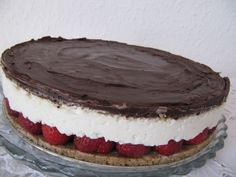 Eper szezon lévén egy gyorsan, sütés nélkül egyszerűen elkészíthető túrós, epres tortára esett a választásom. A workshopra a kész tortával érkeztem, amit biztos, ami biztos itthon lefotóztam  http://balkonada.cafeblog.hu/2014/06/14/isteni-epres-turos-csokis-torta-sutes-nelkul/