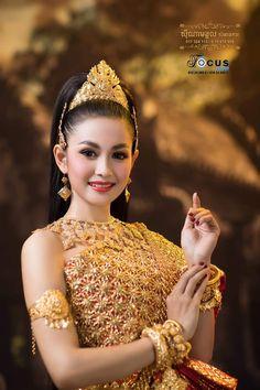 Thai Traditional Dress, Traditional Wedding Dresses, Traditional Fashion, Traditional Outfits, Cambodian Wedding Dress, Khmer Wedding, Cambodian Women, Thai Fashion, Bridal Makeup Looks