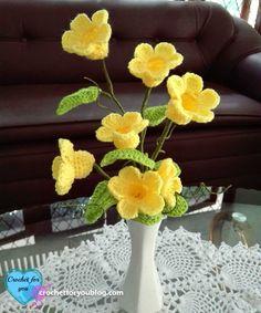 Crochet flower bouquet (Golden Trumpet Vine) Free Pattern - Crochet For You Crochet Bouquet, Crochet Puff Flower, Crochet Flower Tutorial, Crochet Leaves, Crochet Flower Patterns, Crochet Flowers, Flower Boquet, Flower Pots, Cactus Flower