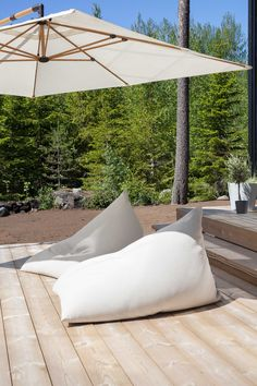 Woodnotes In/out My lounge chairs are designed for casual, relaxed seating for indoor and outdoor use. Saimaa fabric and specific moist proof inner material provides especially outdoor use e.g. terrace, balcony and pool area. In addition to resistance to abrasion, the Saimaa fabric offers high colour fastness against sunlight and is also resistant to sea and swimming pool water. The colour options are neutral. Size 95 x 140 x 85 cm.