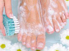 Wer gepflegte Füße haben möchte, der muss nicht unbedingt viel Geld für eine teure Pediküre beim Profi ausgeben. Wenn Sie den einen oder anderen Tipp berücksichtigen, können Sie mit einigen Hausmitteln Ihre Fußpflege selber machen.