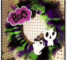 This is a great wreath to display at a Halloween party or for Trick-or-Treaters! The elements in this wreath even glow in the dark! #Cricut