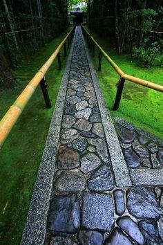 京都高桐院の風情ある石畳と苔の長い参道 Paver Walkway, Stone Walkway, Stone Path, Garden Paving, Garden Paths, Lawn And Garden, Landscape Design, Garden Design, Japanese Landscape