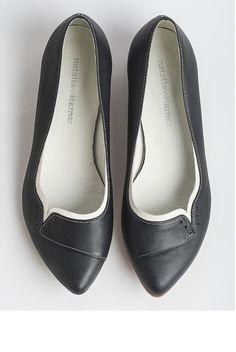 """נעלי סירה נינה בצבע שחור.   מידות במלאי: 37, 38, 39, 40, 41, 42.   מידות נוספות נמצאות בייצור. לבירור ולהזמנה אפשר לפנות אליי.   הדגם קיים גם בצבע תכלת.  גובה העקב: 2 ס""""מ.  חומרים:  גפה: עור  ביטנה: עור  סוליה: ניאולייט  אנא צייני מידה בעת ההזמנה בריבוע """"הערות למוכר"""""""