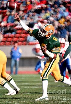 Photograph taken of Edmonton Eskimos QB Damon Allen in action against the Montreal Allouettes, Football Video Games, Football Art, Football Stuff, Canadian Football League, Retro Photography, Team Player, Game Ideas, Sports Teams, Damon