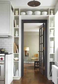 Полка над дверью позволит удобно разместить разные мелочи, не создавая беспорядка.