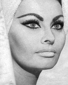 Vintage Makeup Sophia Loren - Post with 14161 views. 60s Makeup, Cat Eye Makeup, Vintage Makeup, Vintage Beauty, Nice Makeup, Hollywood Glamour, Old Hollywood, Sophia Loren Makeup, Sophia Loren Style