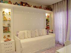 Neste projeto do escritório Rocha Andrade Arquitetura e Design, a concentração das pelúcias nas prateleiras permitiu que a parede ficasse clean. As luzes embutidas garantem uma iluminação abundante, mas não agressiva. Informações