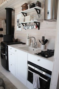Beach House Kitchens, Cabin Kitchens, Small Cottage Kitchen, Cottage Living, Cottage Design, House Design, Kitchen Interior, Kitchen Design, Cozinha Shabby Chic