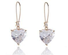 Das Prunkstück ist der große in Herzform und im Brillant-Schliff verarbeitete Zirkon. Ein Zircon ist der Kunstdiamant, der einem echten Diamant täuschend ähnlich sieht. Mit bloßem Auge kann man beide nicht auseinanderhalten. Die Ohrhänger und der Herzzirkon sind sehr groß, sodass der Ohrschmuck wunderschön sichtbar am Ohr hängt. #ohrringe #diamantohrringe