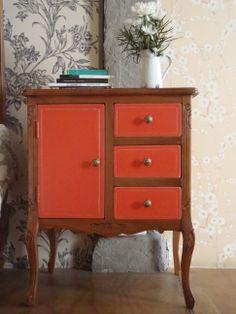 Frances color naranja y madera natural