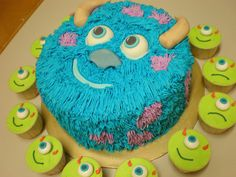 mini baby Monsters Sully cake and Mike Cupcakes for everyone Monster Inc Birthday, Monster Inc Party, Monster University Birthday, Monster High, Pretty Cakes, Cute Cakes, Sully Cake, Decors Pate A Sucre, Monster Inc Cakes