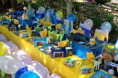 Decoración de mesa con centro de mesa con el nombre del cumpleañero de fiesta Minion. #FiestaInfantil