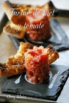 Tartar de fuet y tomate - Tap Tutorial and Ideas Appetizers For Party, Appetizer Recipes, Aperitivos Finger Food, Lunch Buffet, Food Porn, Food Decoration, Mini Foods, Snacks, Sweet And Salty