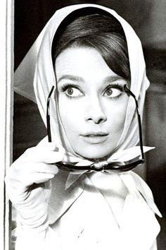 Audrey Hepburn, le style mythique d'une icône. Le foulard: En 1963, Audrey Hepburn démocratise le port du carré de soie Hermès sur la tête et noué sous le cou, avec ses lunettes de soleil Ray-Ban.