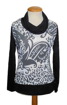 Camiseta cuello chimenea estampado  color negro
