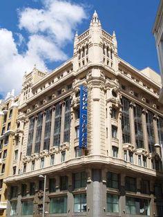 Gran Vía 34. Creado en 1921 por Antonio Palacios y José Yárnoz, combina una elegante modernidad (miradores de hierro) y un clasicismo sacado de la ortodoxia (columnata de mármol de orden gigante jónico) Fue un hotel hasta tiempos recientes. El hotel se llamó primeramente Alfonso XIII, luego Avenida, y más tarde Tryp Cibeles.