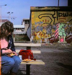 Currywurst und Pommes neben der Mauer, 1988 | So sah das Leben in West-Berlin aus, als es von der Mauer eingeschlossen war