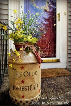 can't wait to use old milk cans for decoration in my house Country Crafts, Country Decor, Rustic Decor, Farmhouse Decor, Country Homes, Country Porches, Southern Porches, Primitive Homes, Primitive Crafts