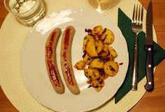 Typisches, österreichisches Weihnachtessen: Bratwürstel mit Kartoffelschmarrn.