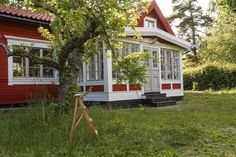 Gravity Home: Red Wooden Summer House Wooden Summer House, Glass Porch, Sweden House, Red Houses, Gravity Home, Cozy Living, House In The Woods, Country Style, Outdoor Living