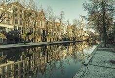Grachtenpanden en besneeuwde werven aan de Oudegracht in Utrecht
