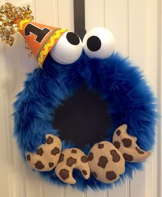 This Cookie Monster wreath is perfect for birthdays, parties or playrooms. Make your own Cookie Monster wreath with these step-by-step instructions!