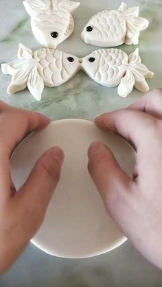 Fondant Flowers, Clay Flowers, Fondant Bow, Fondant Tutorial, Fondant Cakes, Decoration Patisserie, Food Decoration, Cake Decorating Videos, Cake Decorating Techniques