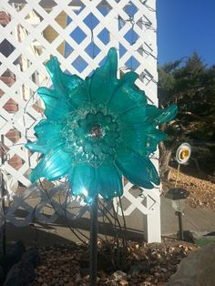 Turquoise Beauty Glass Garden Flowers, Glass Plate Flowers, Glass Garden Art, Flower Plates, Glass Art, Yard Ornaments, Glass Ornaments, Recycled Yard Art, Pinterest Garden