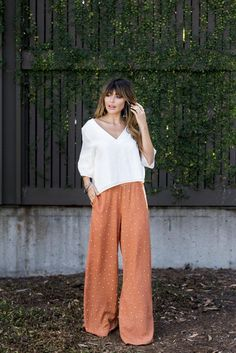 55 Ways to Wear Stylish and Comfy Wide Leg Pants You Should to Copy Wide Pants Outfit, Summer Pants Outfits, Spring Work Outfits, Cute Pants Outfits, Dress Pants, Summer Work Fashion, Fall Fashion, 20s Fashion, Korean Fashion