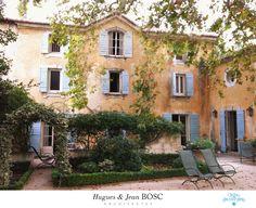 """Le Manoir de Baumanière aux Baux de Provence, modification de la façade avec un """"chien-assis fronton"""". Rééquilibre de la façade et qualité d'espace intérieur."""