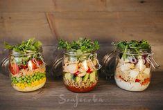 """Gdy pierwszy raz zobaczyłam sałatki w słoiku pomyślałam, że to kolejny trend """"żeby tylko ładnie wyglądało"""".Jednak okazało się, że tomega praktycznerozwiązanie!Nawet moja babcia stwie… Salty Foods, Salad In A Jar, Second Breakfast, Slow Food, Veggie Dishes, Cooking Tips, Catering, Veggies, Food And Drink"""