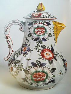 Caffettiera in maiolica, manifattura di Pasquale Rubati, XVIII secolo.