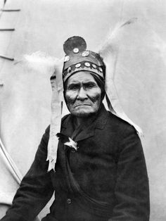 Chiricahua Apache Chief Geronimo at Pan-American Exposition, Buffalo, New York: photo by Charles G. Dudley, 1901 (Library of Congress). Native American Images, American Indian Art, Native American Tribes, Native American History, Sioux, Cherokee, Native Indian, Apache Indian, Portraits